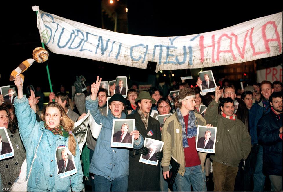 """Havel fényképét tartó diákok az ellenzéki drámaíró elnökké választásáért. 27-én országos, általános sztrájkot hirdettek meg, közben a kommunista párt vezetéséből eltávolították a leginkább konzervatív vezetőket. Másnap megállapodtak, hogy koalíciós kormány alakul, amibe bevonják az ellenzéket is. November 28-án elkezdődtek a kerekasztal-tárgyalások a kommunista vezetés és az ellenzék között. A fordulatot egyértelműen jelezte, hogy a párt két szócsöve, a Rudé Právo és a Pravda is elítélte """"az elmúlt húsz év hibás gazdasági döntéseit"""", valamint a Varsói Szerződés 1968-as beavatkozását. Pozsonyban is felgyorsultak az események, a Szlovák Nemzeti Tanács vezetője lemondott, Rudolf Schustert, a későbbi szlovák elnököt választották meg utódjául."""