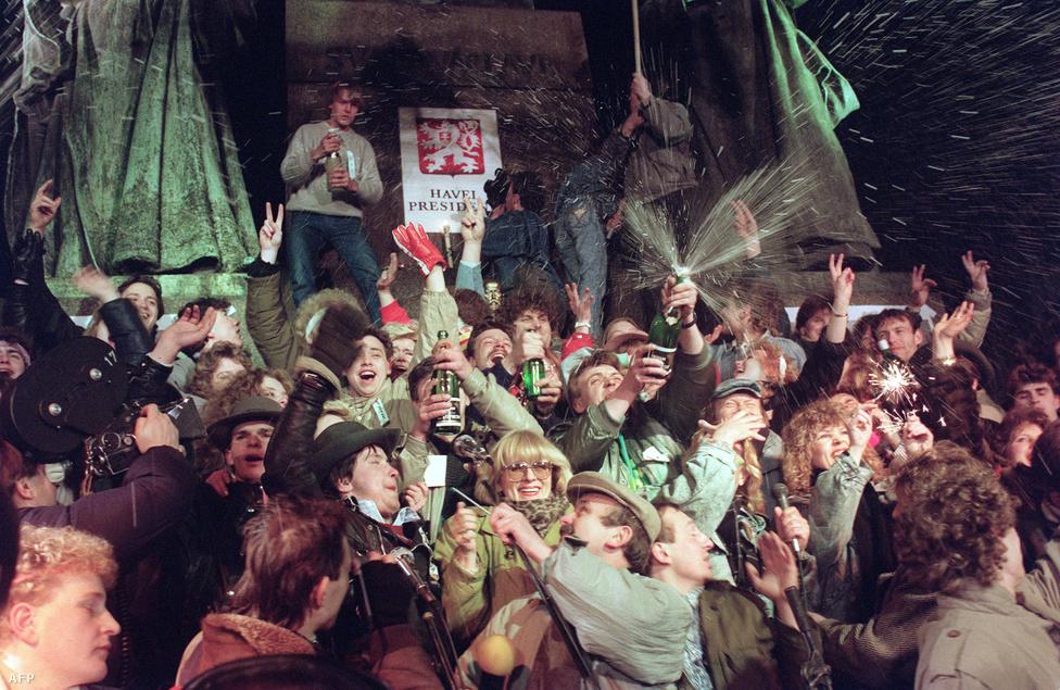 Eksztatikus '89-es szilveszter a Vencel téren. Pezsgőlocsolás, csillagszóró és magasba tartó V betűk a győzelem, valamint a két nappal korábban elnökké választott Václav Havel tiszteletére. A prágai parlament elnöke a hivatalos politikába húsz év után visszatérő Dubček lett, fél évvel később megtartották a többpárti választásokat.