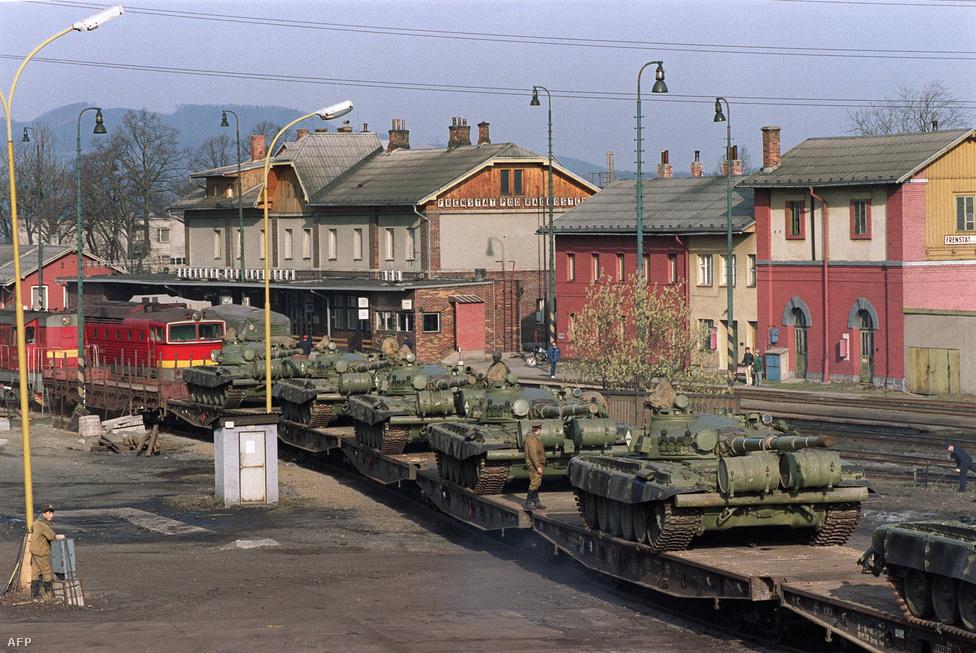 """Búcsú a tankoktól 1989 telén. A demokratikus átmenet napjaiban rögtön megindult a tárgyalás a szovjet csapatok kivonásáról. A rendszerváltás, ha nem is vércseppek, de halálos áldozatok nélkül megtörtént. A """"bársonyos forradalom"""" – vagy ahogy Szlovákiában inkább nevezik: a """"lágy forradalom"""" – Csehszlovákia katartikus politikai élménye lett. Alig három évvel később az ország békésen elhalálozott, a bársonyos forradalom a későbbi megemlékezésekben a nosztalgiától az akkori események tisztaságának utólagos megkérdőjelezéséig sokféle formát ölt."""