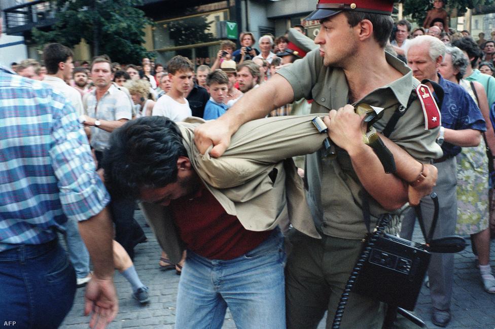 Ellenzéki tüntetés a szovjet bevonulás 21. évfordulóján. Ezen a '89-es augusztus 21-én tartóztattak le sokakkal együtt három magyar fiatalt is, köztük Deutsch Tamást. Csehszlovákia nem tartotta a lépést a rendszerváltás felé haladó volt szocialista országokkal. Prágában és Pozsonyban a párton belül nem volt erős reformirányzat, a súlyos gazdasági problémákkal is küzdő rezsim egyre inkább elszigetelődött az egyébként '68 után némaságra kárhoztatott, kevés ellenállást mutató társadalomtól. A Gustáv Husák rezsimjét bíráló értelmiségiek legjelentősebb szervezete a Charta '77 volt, de az ellenzéki mozgalmaknak '89 őszéig nem volt széles társadalmi bázisuk.