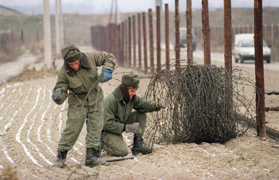 Csomagolják a vasfüggönyt: december 11-én a csehszlovák határőrök leszedik az osztrák határon a két méter magas szögesdrót kerítést.
