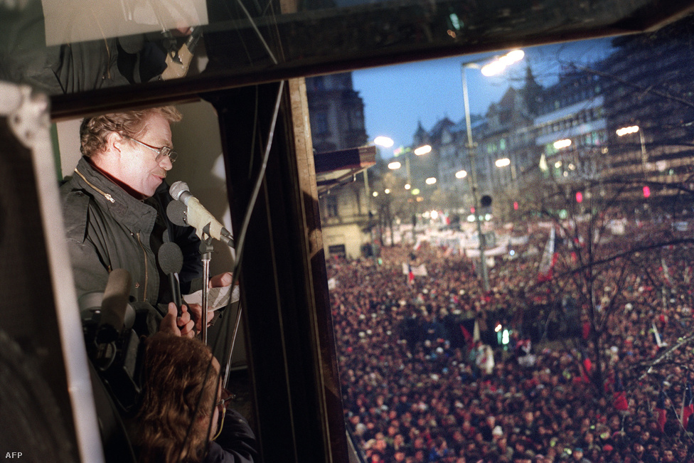 Havel szól a tüntetőkhöz november 24-én. Ezekben a napokban már 800 ezer tüntető volt Prágában, de a vidéki városokban és Pozsonyban is komoly demonstrációk zajlottak. Menet közben változtak a követelések, ekkor már pártengedményeknél jóval többet akartak, az ellenzék azt követelte, hogy az alkotmányból is töröljék a kommunista párt vezető szerepét.
