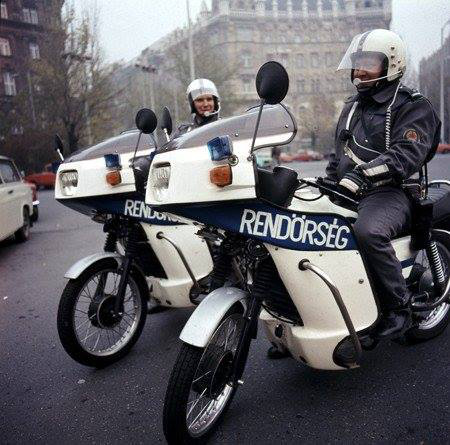 Valamikor ilyen motorokon szolgáltak és..Ja nem, az még egy másik rendőrség volt. De biztos, hogy ezek a srácok is imádtak motorozni