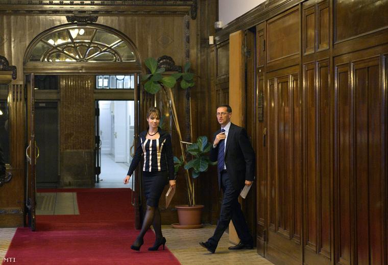 Varga Mihály nemzetgazdasági miniszter és Kurucz Éva kormányszóvivő érkezik a kormány 2015. évi adótörvény-javaslatáról tartott kormányszóvivői tájékoztatóra a Nemzetgazdasági Minisztériumban 2014. október 21-én.