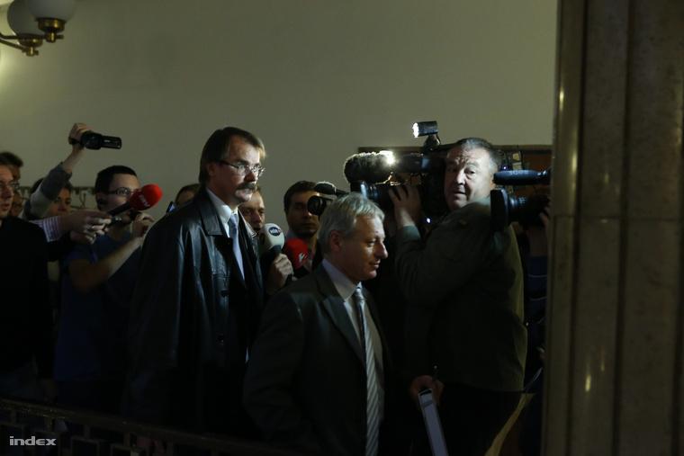 Varga Árpád, a a Nemzeti Adó- és Vámhivatal (NAV) elnökhelyettese (b) érkezik az Országgyűlés nemzetbiztonsági bizottságának zárt ülésére.