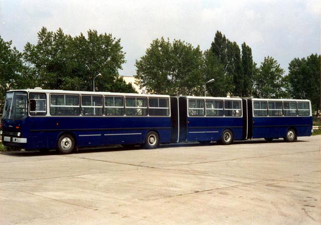 A valaha készült leghosszabb Ikarus a gyár udvarán 1988-ban