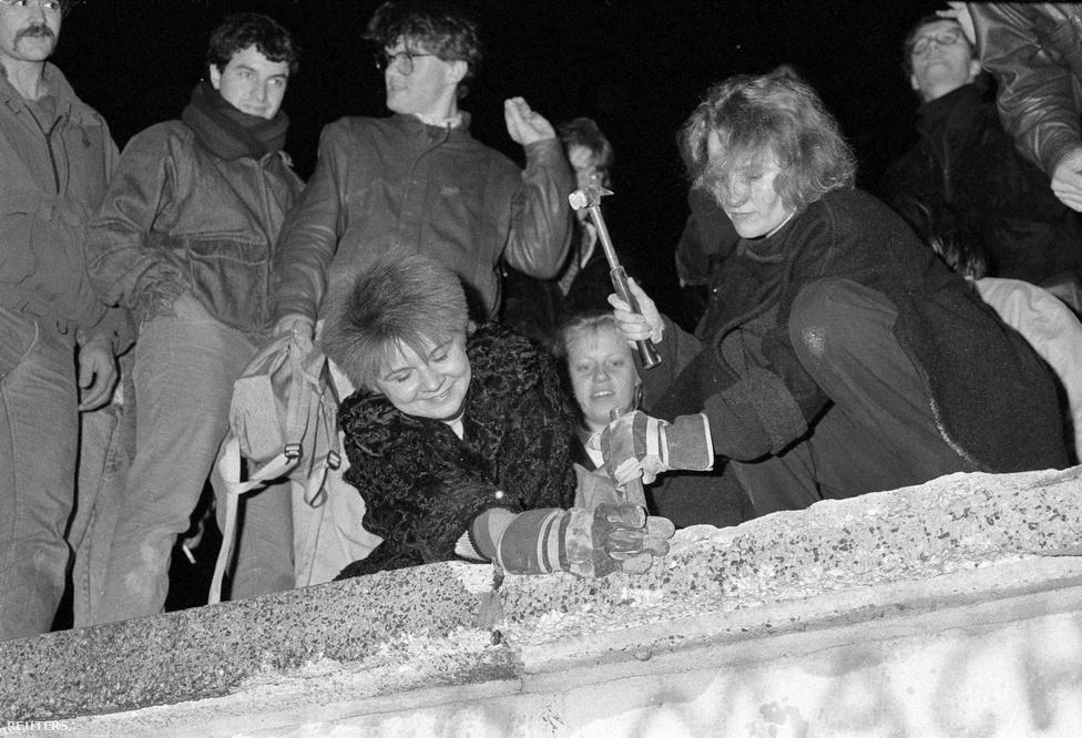 Ellepték a fal tetejét a fiatalok, a berliniek először puszta kézzel kezdték bontani a falat, majd vésők, kalapácsok, szerszámok is előkerültek.