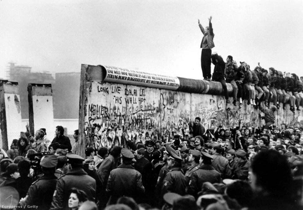 Dől a fal a Potsdamer Platznál, a tömeg pedig                          éljenezve áramlik át rajta. Németországban napokig tartó spontán népünnepély kezdődött a fal ledöntése után.