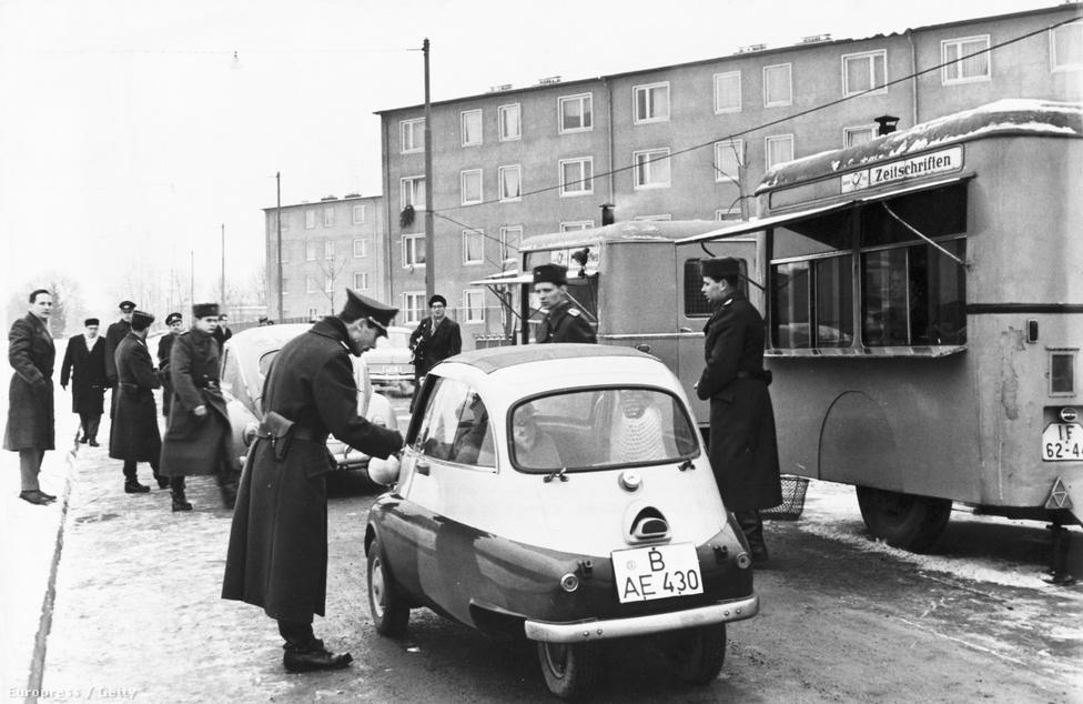 1963. decemberében az első nyugatnémetek az egyik ellenőrzőpontnál. A leghíresebb átkelő a Checkpoint Charlie volt. Később a Nyugat-Berlinbe érkező turisták is átlátogathattak rövid időre a túloldalra.