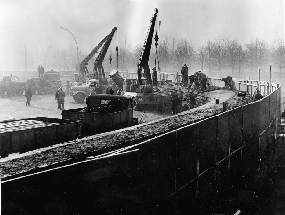 Még 1961. novemberében is továbbépítették a                          falat. A keletnémet hatóságok fokozatosan egyre                          komolyabb és szélesebb védművet emeltek, végül 1965-től jelent meg a tömör betonfal, ami mögött egyes helyeken 100 méter széles senkiföldje húzódott több szakaszon.
