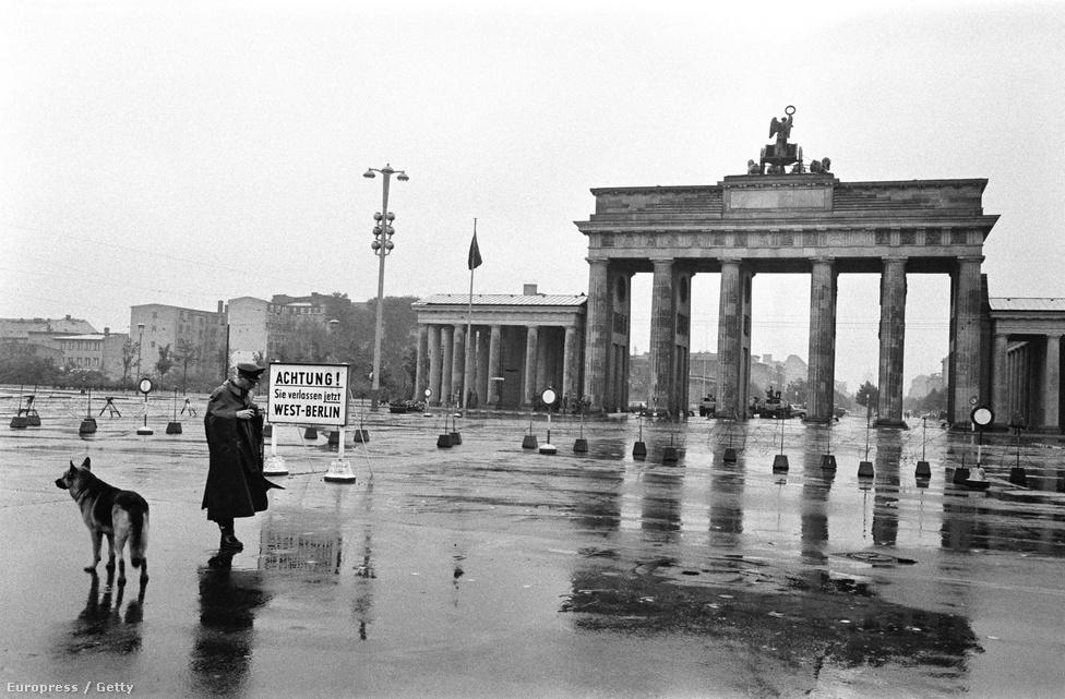 Őrkutya a Brandenburgi kapunál Willy Brandt,                          Nyugat-Berlin polgármesterének beszéde alatt, amivel élesen tiltakozott a fal megépítése ellen. A fal pár napig csak egy karhatalmisták őrizte drótfonat volt, az utcákon árkokkal és útakadályokkal.