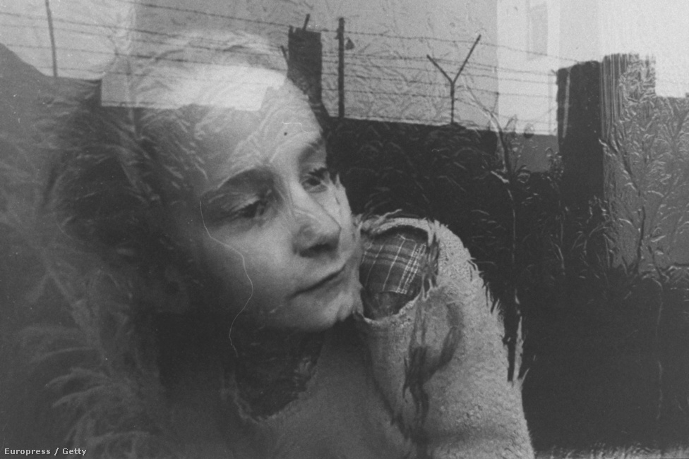 Egy évvel a fal megépülte után vágyakozva néz ki                          az ablakon egy keletnémet kislány Nyugat-Berlin                          felé, a két világot azonban már az ormótlan fal és szögesdrótok választják el. Legalábbis börtönnel fizettek azok, akik megpróbálták a szökést, de nem sikerült nekik. A statisztikák szerint több mint 75 ezer ember került börtönbe tiltott határátlépés kísérlete miatt, többnyire 1-2 évet kaptak.