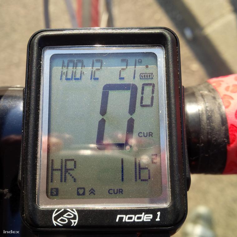 Ma hideg-őszi felszerelésben indultam el bringázni, de súlyos hiba volt, a képen a biciklis mérőm 21 fokot mutat. Megyeri hid, pesti hídfő közelében. Keves a bringás (mondjuk nyárhoz képest), de aki van, szintén mind túlöltözött.