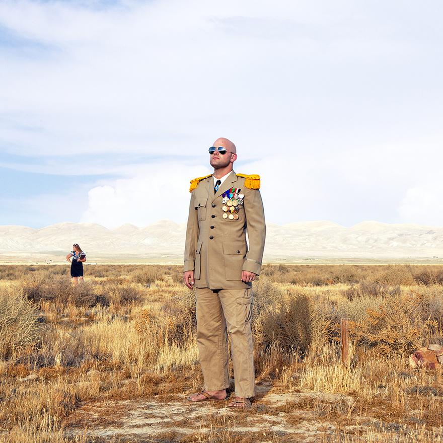 Calsahara királya, Travis McHenry kódfejtő és tengerészgyalogos veterán már gyerekkorában ráérzett a mikronemzet-alapítás gyönyörére, amikor királysággá kiáltotta ki a családi farmjukat. Később az Antarktiszon szerzett egy darab földet, ahol szintén államot alapított, ezt azonban akkori munkáltatója, az amerikai haditengerészet nem nézte jó szemmel, ezért fel kellett adnia a Nyugat-antarktiszi Főhercegség vezetését.