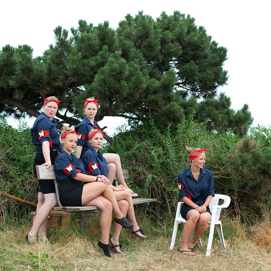 """Az Elleori Királyság minden gyerek álmát testesíti meg, mert voltaképpen egy mikronemzetté előléptetett gyerektáborról van szó, saját szabályokkal, hatóságokkal, vezetőkkel, és minden mással, ami az államisághoz elengedhetetlen. Az első tábort 1944-ben rendezték meg, és azóta minden év augusztásában visszatérnek  az elleoriak, ugyanarra a szigetnyúlványra, a dániai Roskilde fjordhoz, miután 51 hetet nyaraltak """"külföldön""""."""