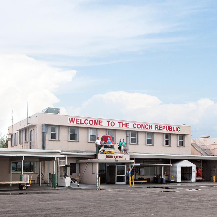A Conch Köztársaság alapítása egy botrányosan hosszú forgalmi dugóhoz kötődik. 1982-ben az amerikai állam úgy próbálta megállítani a Florida Keysből - itt van a Conch Köztársaság – az országba áramló drogkereskedelmet és illegális bevándorlókat, hogy felállítottak egy határátkelőt a félsziget és az ország többi része között. Ettől azonban hatalmas dugók alakultak ki, volt, ami 28 kilométer hosszan kígyózott, és a turizmus is durván visszaesett. Florida Keys akkori polgármestere, Denis Wardlow mindent megpróbált, hogy megszüntesse az áldatlan állapotot, de senkit nem érdekeltek a panaszai.