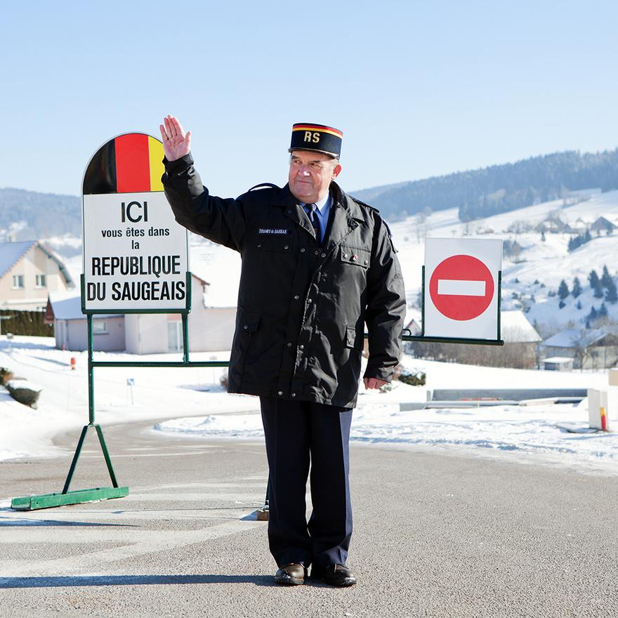 A Saugeais Köztársaság egy ártatlan viccelődésből született 1947-ben, amikor az egyik helyi hoteltulajdonost felkereste a helyi prefektus, és a hoteltulajdonos megkérdezte tőle, hogy van-e engedélye arra, hogy belépjen a Saugeais Köztársaság területére, mire a prefektus azt válaszolta, hogy ha ez egy köztársaság, akkor kell neki elnök, és azzal lendülettel ki is nevezete a hoteltulajdonost, Georges Pourchet-t államfőnek.