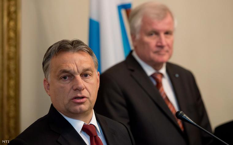 Orbán Viktor miniszterelnök (b) és Horst Seehofer bajor kormányfő