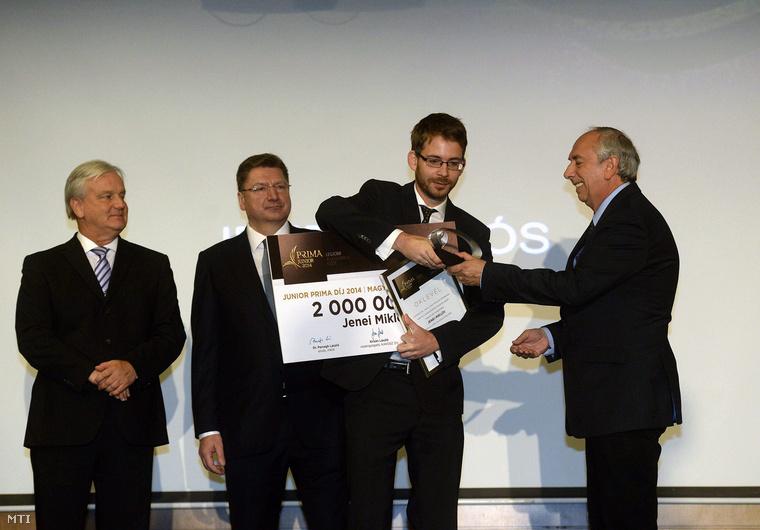 Gazsó L. Ferenc, az MTI Nonprofit Zrt. vezérigazgatója (j) átadja Jenei Miklósnak, az Index újságírójának a Junior Prima Díjat magyar sajtó kategóriában