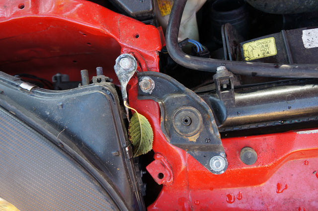 A Mitsubishi jobb eleje sérült a koccanás során. A szakértő szerint nem igazolható, hogy úgy javították meg, ahogy a szerelő állítja