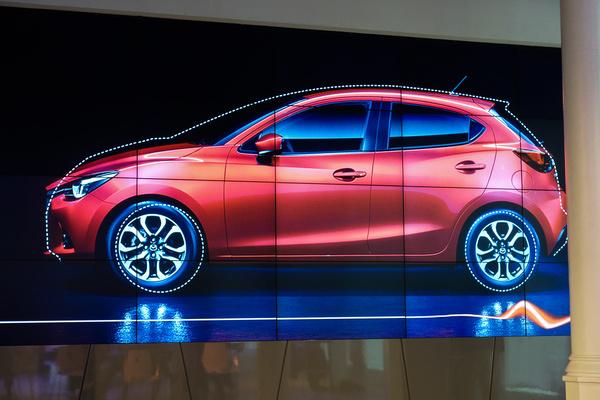 Mazda 2 és a ráhelyezett tipikus kisautó-körvonal