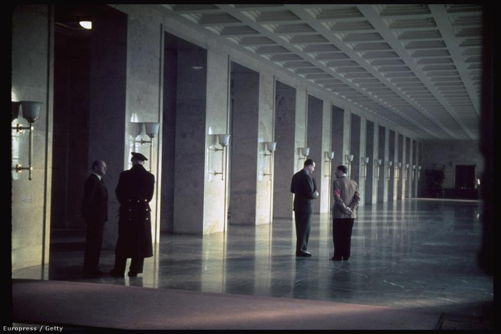 Hitler és a Francia miniszterelnök Edouard Daladier a beszélgetnek a náci párt székházának folyosóján