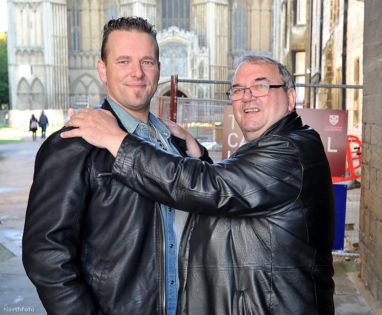 Chris Brent a jobb oldalon, mellette fia, akivel annak 35 éves korában találkozott először