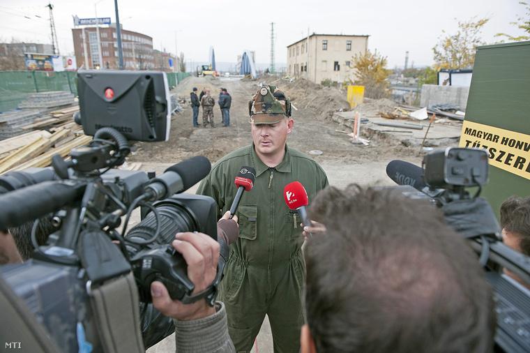 Debrődi Péter tűzszerész százados nyilatkozik a sajtónak arról a második világháborús robbanótestről amely miatt lezárták a fővárosi Kerepesi utat.