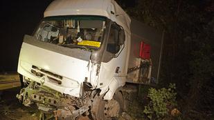 Szemből ütköztek a kamionnal, az egyik utas meghalt
