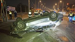 Felborult egy autó a Csepel-szigetre vezető hídnál
