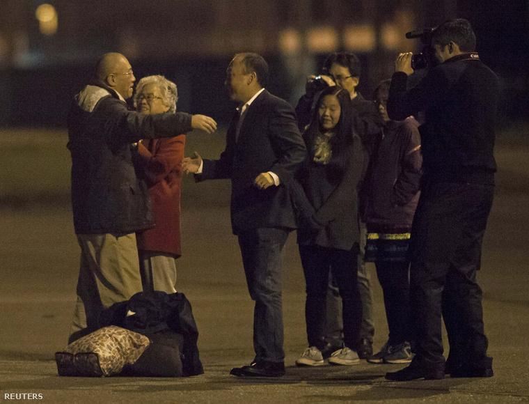 Kenneth Bae találkozik családjával a washingtoni Lewis-McChord bázis repülőterén