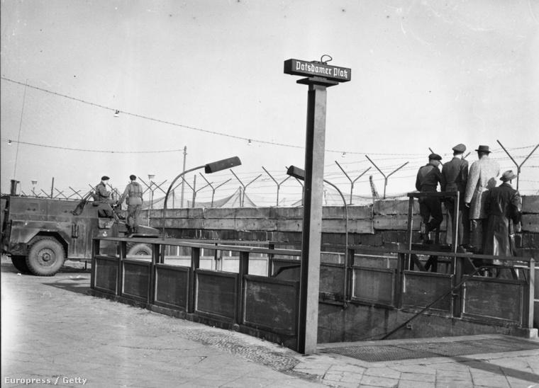 A Potsdamer Platz ma Berlin hipermodern városközpontja. 1961-ben hatalmas üres terület volt, itt húzódott a Fal és a széles határsáv. A metrómegállót lefalazták.