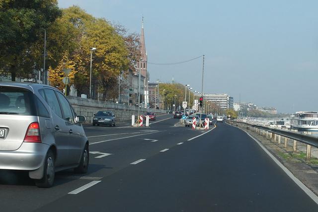 Talán látszik: lámpás forgalomirányítás lett a Halász utcánál, de itt csak a legelszántabbak hajtsanak fel