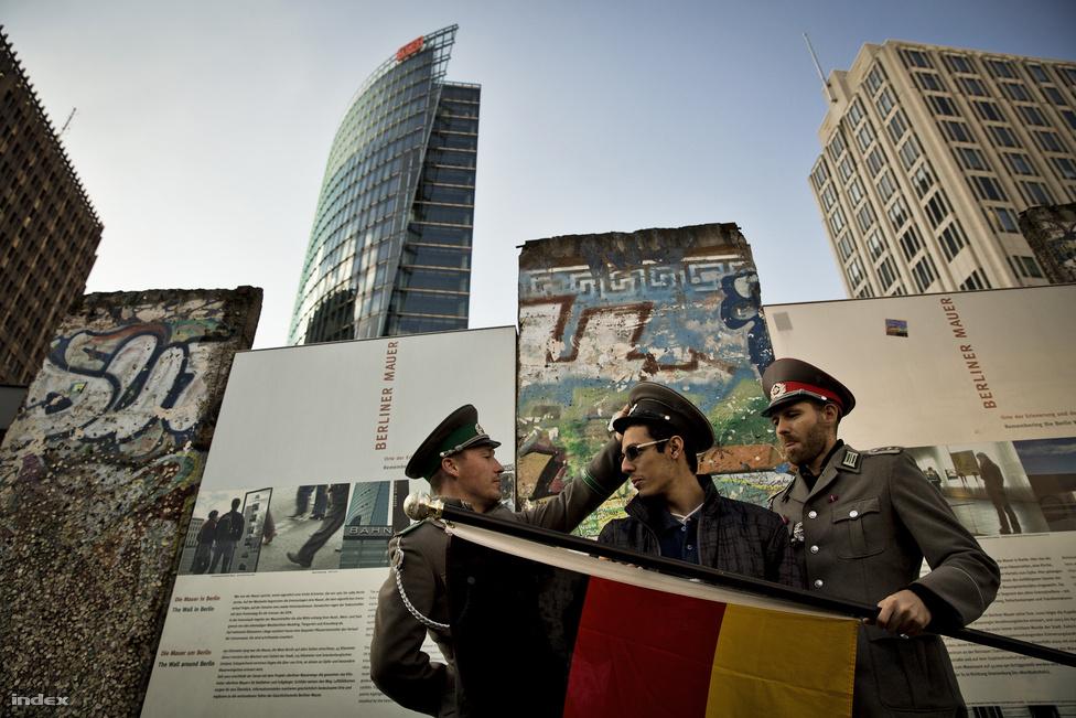 A hétvégén megtelt Berlin. A 25 éves évforduló miatt külföldi turisták tízezrei lepték el az utcákat, és legalább ennyien jöttek egész Németországból ünnepelni.