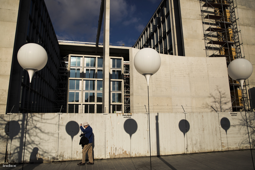 A berlini falat megidéző, 8000 ballonból álló művészi installáció Christopher Bauder és Marc Bauder ötlete alapján született. Mindegyik lufihoz készült egy műanyagtalapzat. Ebbe egy könnyűfém csövet illesztettek. A lufit a csőben futó kötél tartotta.