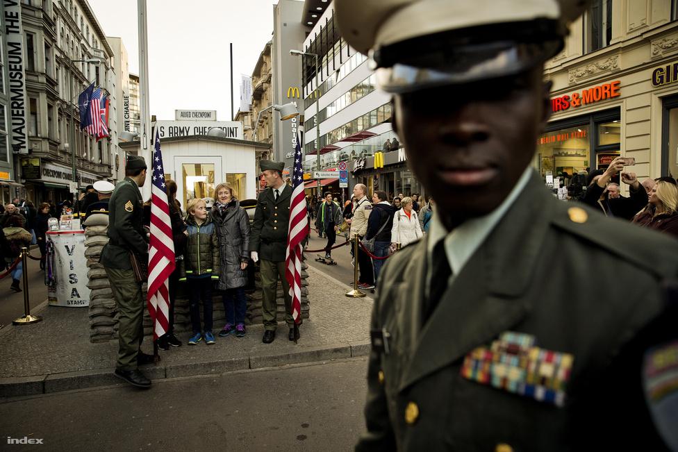 A Checkpoint Charlie, a háború után a legismertebbe átkelő volt a szovjet és az amerikai szektor között. A fal felépítése után már nagyrészt csak diplomaták használták. Ma már csak turistalátványosság, de 1961-ben majdnem itt tört ki a harmadik világháború, amikor egymással szemben álltak a szovjet és az amerikai tankok.