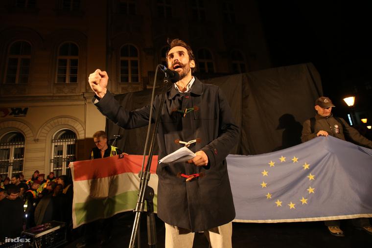 Vágó Gábor a Vida Ildika lemondására szervezett tüntetés színpadán.