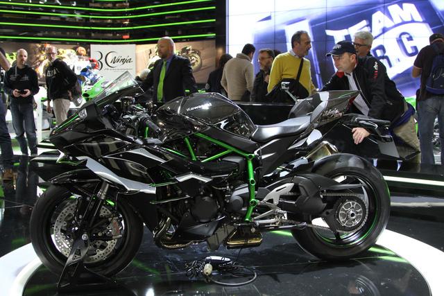 Itt pedig teljes öltözetben a kompresszoros Kawasaki, a milánói show egyik legjobban várt újdonsága