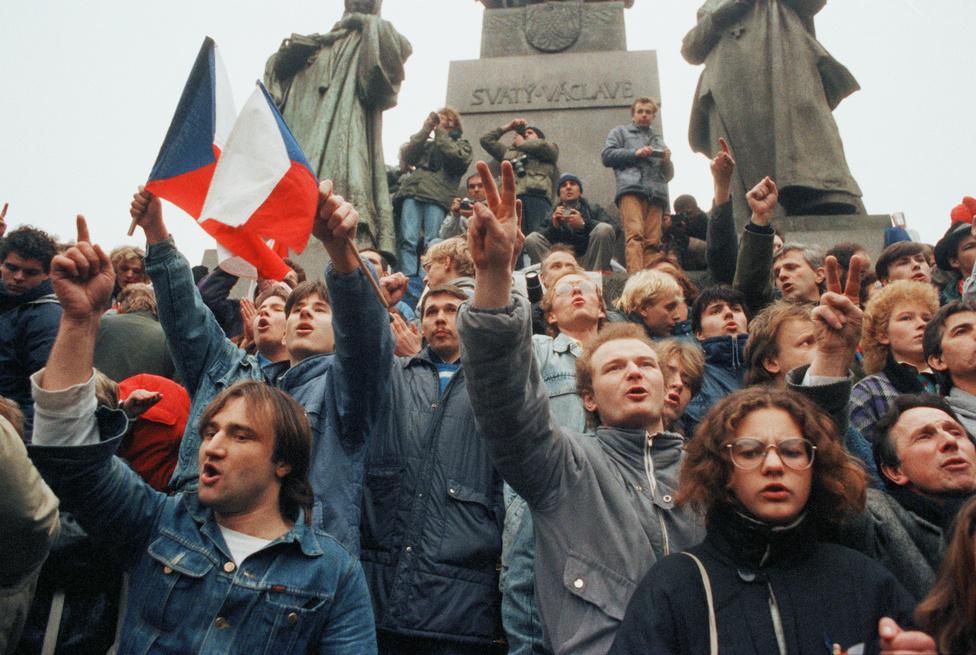 Tüntetés a szabad választásokért és a demokráciáért a Vencel téren. A november 17-i tüntetéssel kezdődött az az eseményfolyam, amibe 17 nap alatt az egész rendszer belebukott. Egy engedélyezett megemlékezés ment át rendszerellenes demonstrációba, a kommunista vezetés elleni rigmusokat kiabáló diákokat a rendőrség brutálisan elverte. A hatósági attak után az utcákon a páncélautókon és mentőkön kívül csak a menekülés közben elhagyott ruhadarabok maradtak, de másnap minden újrakezdődött.
