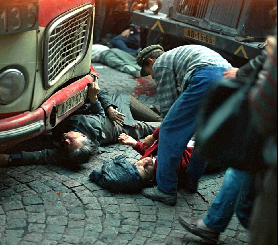 Sebesültek és halottak a '68-as Prágában. Az ország katonai megszállása miatt körülbelül százan haltak meg, minden áldozat civil volt. A Varsói Szerződés félmilliónyi katonája nem ütközött katonai ellenállásba, így '56-hoz képest viszonylag kevés vérrel is meg tudták törni a nagy tömegtámogatottságú rendszert.