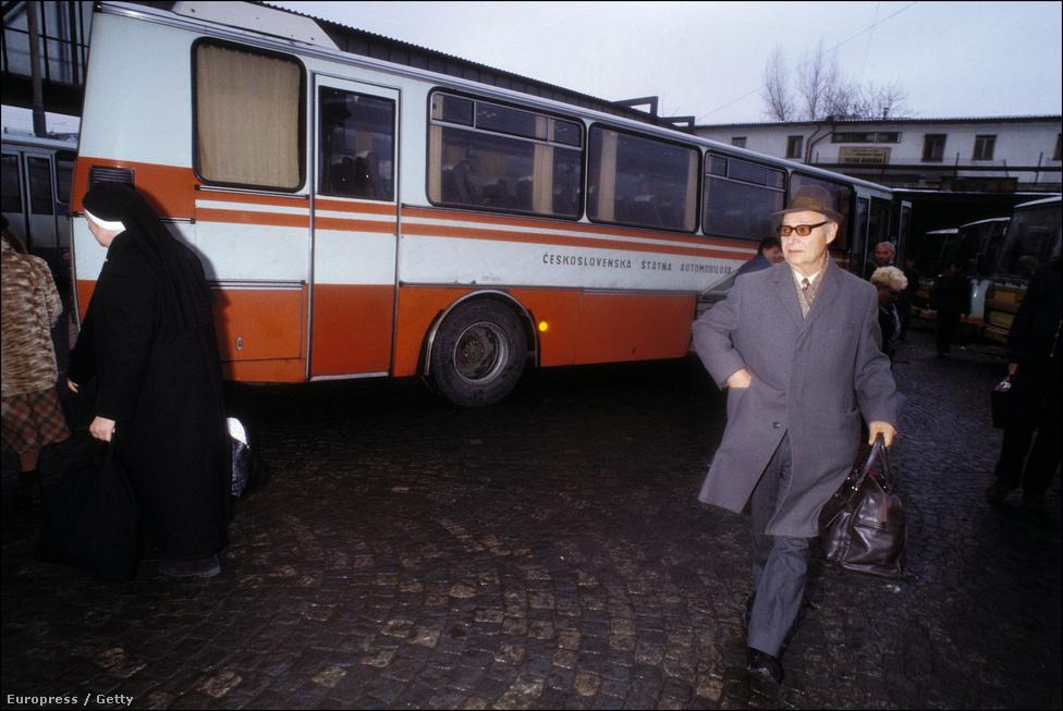 A kalapos, kézitáskás úr Alexander Dubček. A '68-as reformok atyja a tömegtüntetések 8. napján, érkezett Prágába, hogy felszólaljon a tüntetéseken. Hogy az apáca merre tart a buszállomásról, nem tudjuk, de másik százezer emberrel együtt valószínűleg ő is ott volt azon a hálaadó szentmisén, amit Prága érseke mutatott be a Hradzsinban november 25-én. Bár a cseh társadalom elég vallástalanként ismert, a változásokban az egyháznak is megvolt a maga szerepe. A bíboros a tüntetések idején apostoli levélben szögezte le, hogy nem lesz néma tanúja az eseményeknek, de annak is nagy szimbolikus ereje volt, hogy II. János Pál pápa éppen ezekben a hetekben kanonizálta Prágai Szent Ágnest.