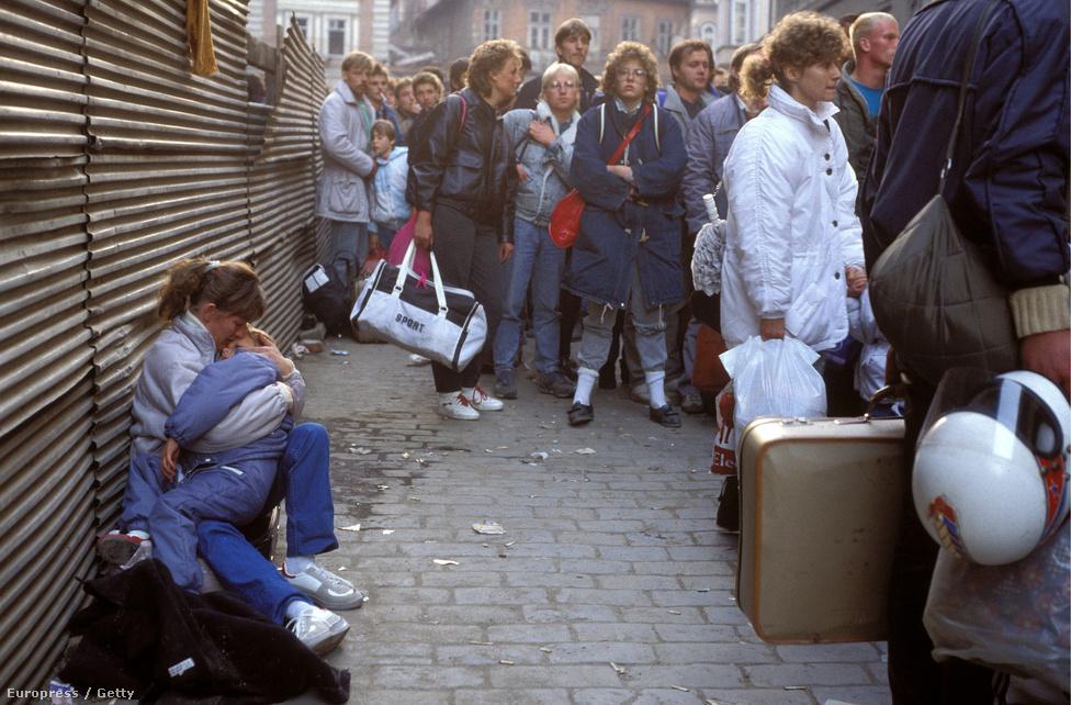 Keletnémet menekültek Prágában, '89 októberében. A berlini fal még állt, de a szovjet blokkba tartozó közép-európai országok többségében már nagyban zajlott a rendszerváltás. Őszre a válság Csehszlovákiában is kritikus szintet ért el. Az országot elárasztották a keletnémet menekültek, akik az NSZK prágai nagykövetségén és az utcákon táboroztak le. Jelzésértékű volt, hogy a csehszlovák vezetés végül úgy döntött, hogy átengedi őket az NSZK-ba: a rendszer az összeomlás szélére került.