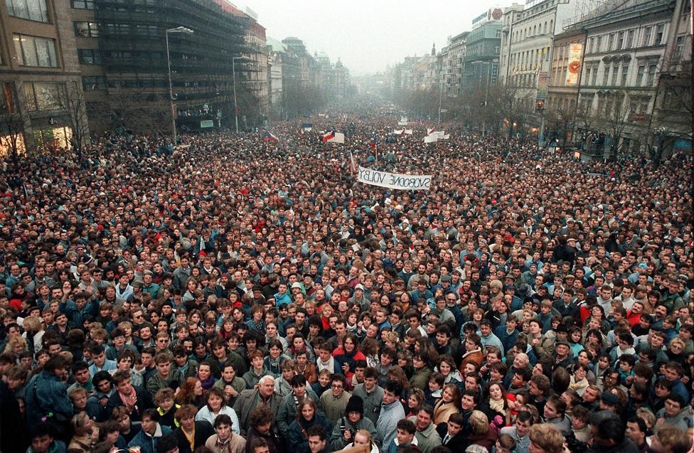 A kialakuló országos tiltakozási hullámban mindennap egyre többen és többen mentek ki az utcákra. A prágai Letná-fennsíkon grandiózus, félmilliósnál is nagyobb tömeg gyűlt össze, a vezetés vacillált: előbb betiltotta, aztán mégis engedélyezte a tömegdemonstrációt, ugyanakkor kemény hangú deklarációkkal próbálta fenntartani az erőviszonyokat.