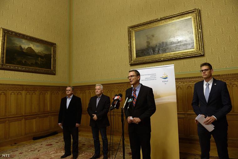 Rétvári Bence a KDNP alelnöke sajtótájékoztatót tart a párt szabad vasárnapról szóló kezdeményezéséről az Országházban 2014. november 10-én.