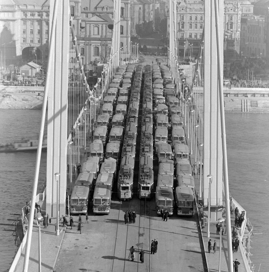 Az Erzsébet híd terheléspróbája, 1964. Nyolcvan autóbuszt és negyven villamost vezényeltek fel a hídra. A terhelés eredményei megfeleltek az előzetes számításoknak. Az új híd tíz méterrel lett szélesebb a réginél, a járdákat a függesztőkábelen kívülre helyezték.