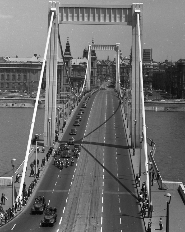 Fidel Castrót és kíséretét szállító  gépkocsikonvoj, 1972. Az utolsó év, amikor még járt a hídon villamos. Hogy miért szüntették meg, azt nem lehet pontosan tudni, valószínűleg két ok miatt: egyrészt a villamos dinamikus hatása miatt repedeztek a híd lemezei, másrészt viszont a villamosjáratok megszüntetésével az volt a cél, hogy minél több utasa legyen az 1972. december 23-tól a teljes mai vonalszakaszon, az Örs vezér tere és a Moszkva (Széll Kálmán) tér között járó piros metrónak.