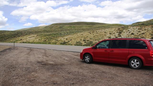 Tipikus kép, Dodge-unk a semmi közepén. A tengelytávja (307cm) 2 centivel hosszabb, mint egy kispolski
