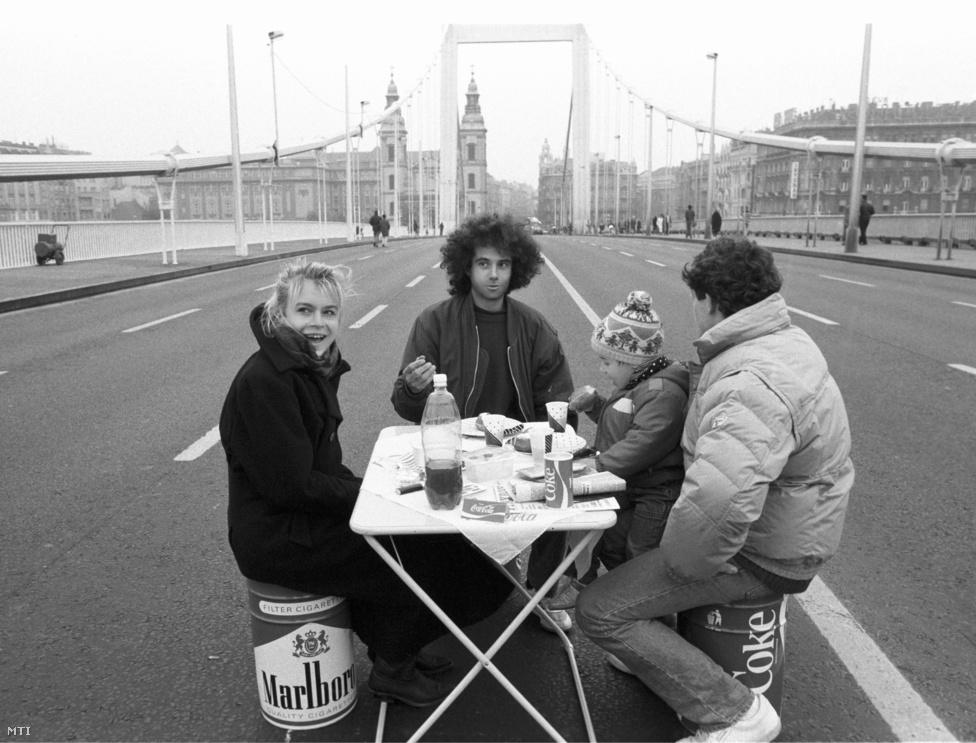 Piknik az Erzsébet híd közepén, 1990. október 27. Ekkor már második napja tartott a demonstráció. Végül másnap este 9 órakor szüntették meg a blokádot, miután a kormány és az érdekegyeztető szervezetek megegyeztek egy 12 forintos literenkénti kompenzációban.