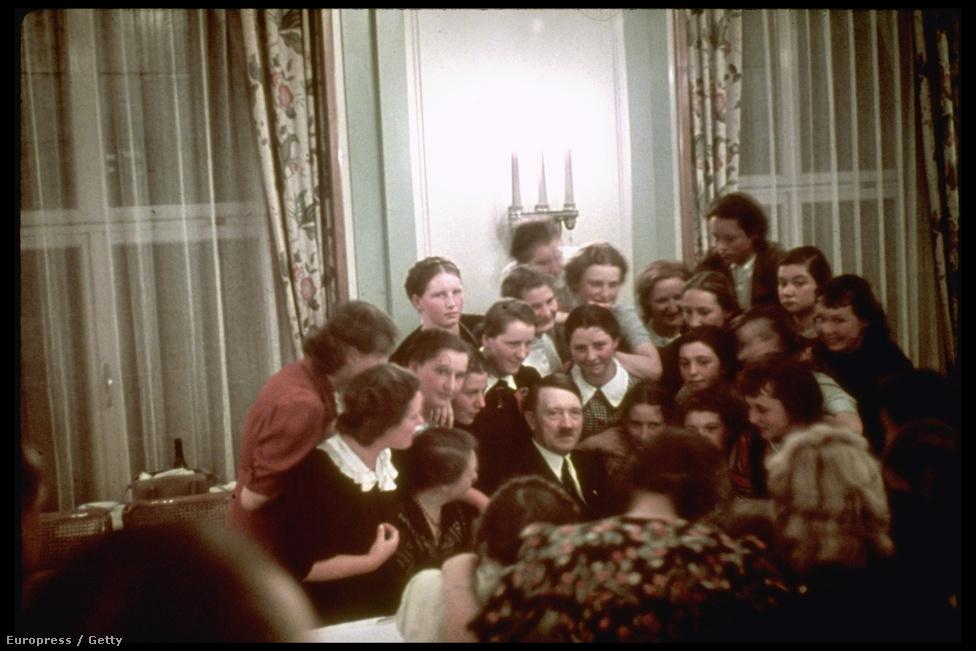 Hitler osztrák iskoláslányok társaságában