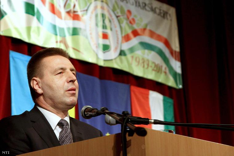 Kovács Miklós a KMKSZ leköszönő elnöke beszédet mond a Kárpátaljai Magyar Kulturális Szövetség (KMKSZ) XXV. tisztújító közgyűlésén.